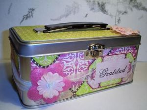 Here you can see how the lunch tin looks like (except for the back that has been decorated too.