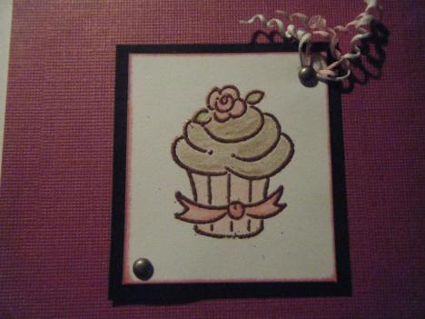 Acercamiento del pastelito con heat embossing. Close up heat embossed cupcake.