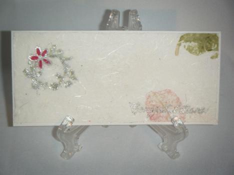 Tarjeta de bodas hecha con papel hecho a mano (de pétalos y hojas de rosas) y el sello Floral Vines y Trendy Greetings.