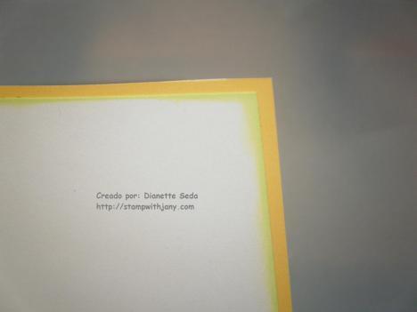 Detalle del interior de la tarjeta con el distressing en el borde del cardstock blanco.