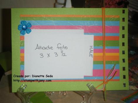 Pág 4 del mini album. Bajo la foto va un mensaje escrito.