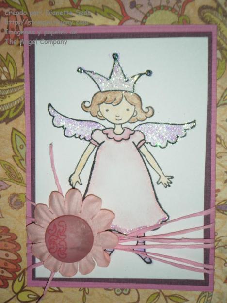 """Detalle del coloreado y el adorno hecho con una flor, un botón y """"scrappers floss""""."""